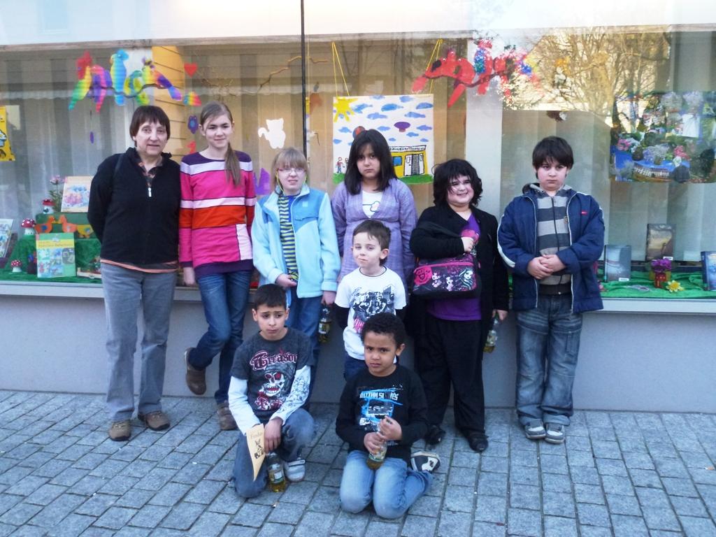 """""""Offener Kindertreff"""" dekoriert Schaufenster der Stadtbücherei"""