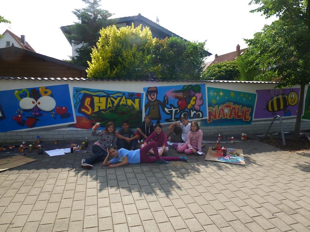 Stylisches Graffiti an Grundstücksmauer nahe des Spielplatzes in Sickenhofen