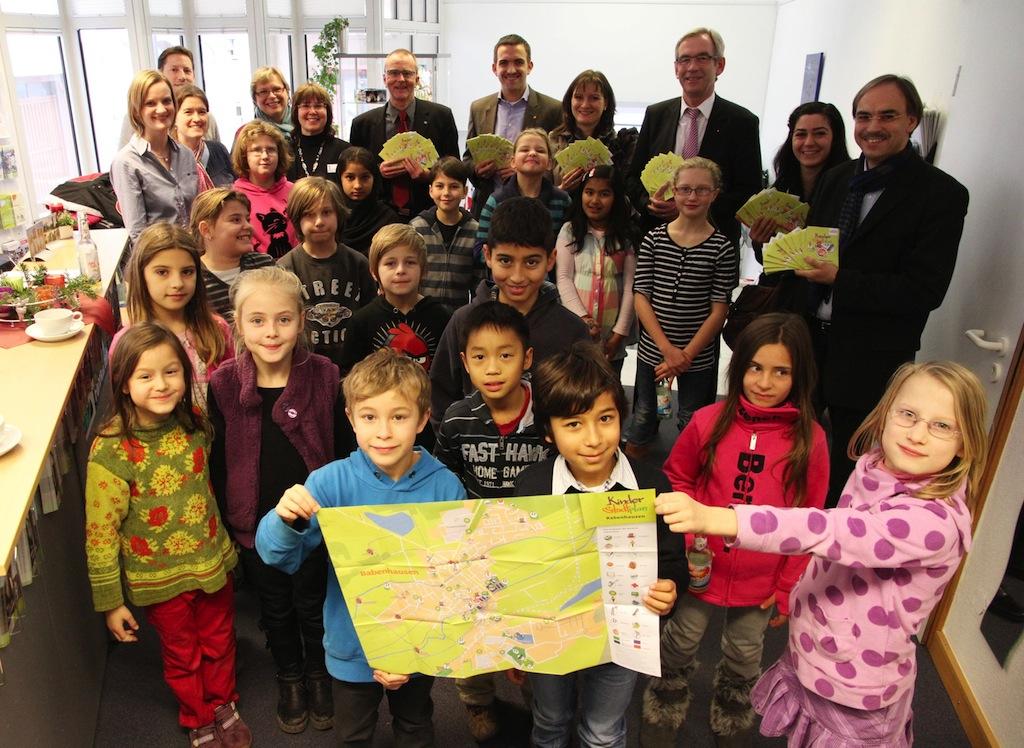 Grundschüler durften die 2. Auflage des Kinderstadtplans als allererstes in den Händen halten