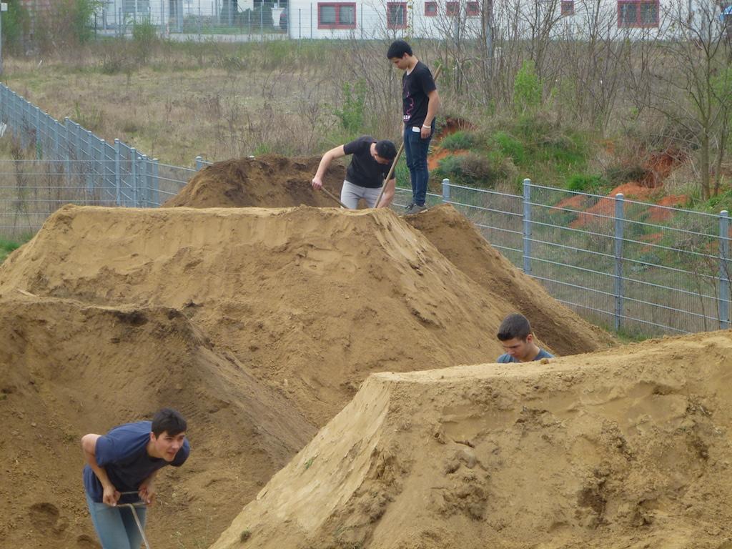 Einsatz für neuen Schwung – Jugendforum saniert den BMX-Parcours