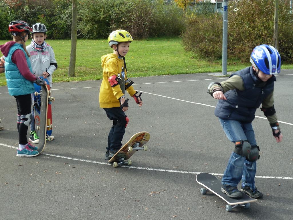 """Anfängerkurs """"Skateboardfahren"""" Herbstferienangebot in Kooperation von VHS und Kinder- & Jugendförderung"""