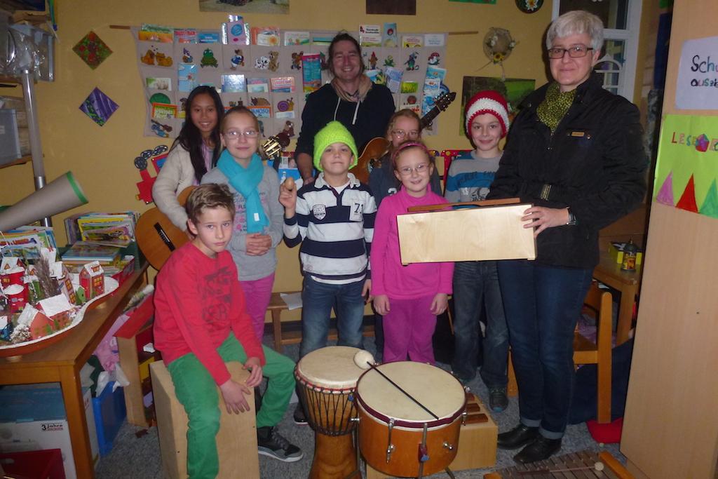 """""""Podium Babenhausen, Kunst und Kultur e.V."""" spendet KiJuFö Percussion-Instrumente Am Montag, 15.12.2014 hatte die """"Band-AG"""" der Schule im Kirchgarten (SIK), die erst Anfang diesen Schuljahres gebildet wurde, erfreulichen Besuch: Frau Bettina Düsterloh, die 2. Vorsitzende des Vereins """"Podium Babenhausen, Kunst und Kultur e.V."""", besuchte die Proben der musikalischen 3. & 4. Klässler im Kinder- und […]"""