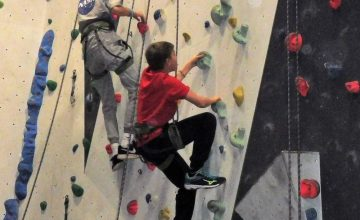 Ausflug in die Kletterhalle nach Aschaffenburg Als besonders sportliches Herbstangebot bot die Kinder- und Jugendförderung am vergangenen Freitag einen Ausflug ins Kletter- und Boulderzentrum des Deutschen Alpenvereins (DAV) nach Aschaffenburg an. Die 11 Kinder und Jugendlichen im Alter zwischen acht und 14 Jahren konnten sich dort ordentlich austoben und ausgiebig ihre motorischen Fähigkeiten erproben. Es […]