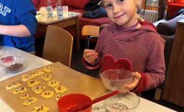 """""""In der Weihnachtsbäckerei gab`s so manche Leckerei"""" Weihnachten steht vor der Tür – die Zeit der Liebe, der Besinnung und natürlich der duftenden Plätzchen Am vergangenen Samstag öffnete deshalb die Weihnachtsbäckerei der Kinder- und Jugendförderung im Babenhäuser JUZ von 10.00 Uhr bis 14.00 Uhr ihre Pforten für alle kleinen und größeren Plätzchenbäcker. Mit sichtlich Spaß […]"""